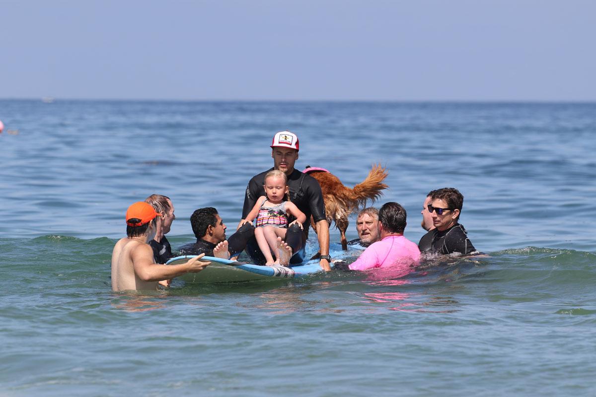 cadela-surfa-com-criancas-com-atrofia-muscular-espinhal-e-proporciona-muita-felicidade-aos-pacientes-pdd5