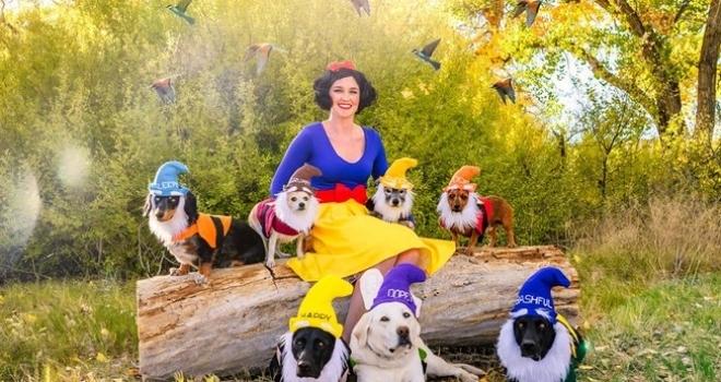 Mulher tem ideia incrível de fantasia de Halloween para ela e seus 7 cães
