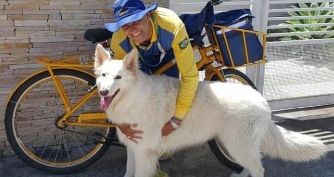 Carteiro amigão dos cachorros faz sucesso com selfies