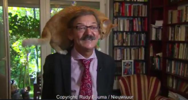 Professor polonês é interrompido por seu gatinho durante entrevista